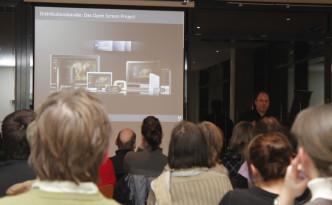 Ingo Eichel von Adobe präsentiert die DPS am Beamer auf der IDUG